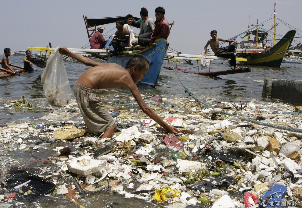 short essay on plastic pollution Oxo-biodegradable plastic will be engineered to degrade in a short time leaving no harmful photo essay: eco-nightmare in eu the peril of plastic plastic.